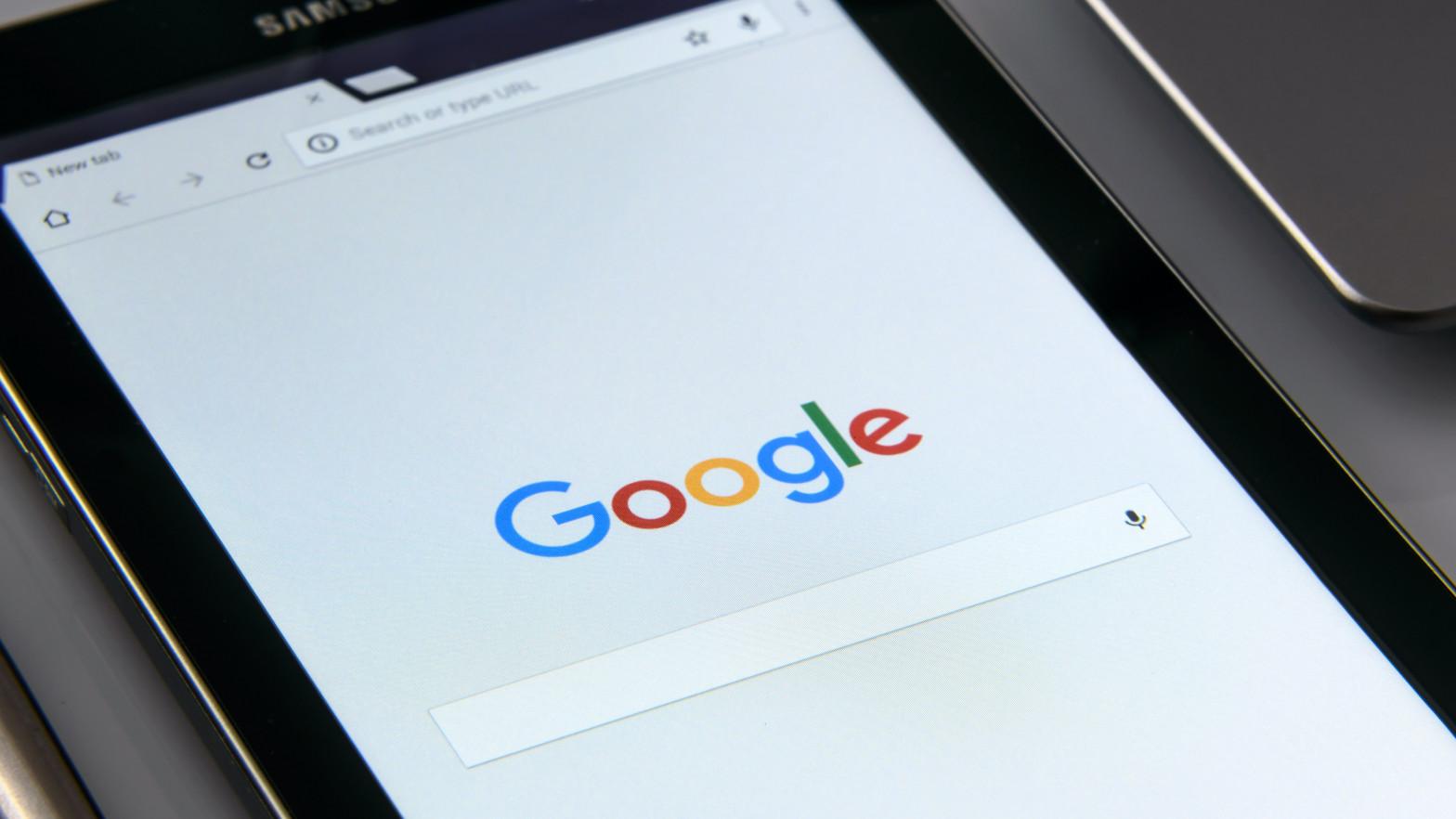 Australia aprueba una ley para que Google y Facebook paguen a medios locales