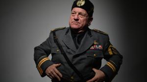 Leo Bassi interpreta a Benito Mussolini