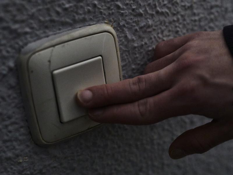 Un hombre toca una llave de la luz en Madrid.