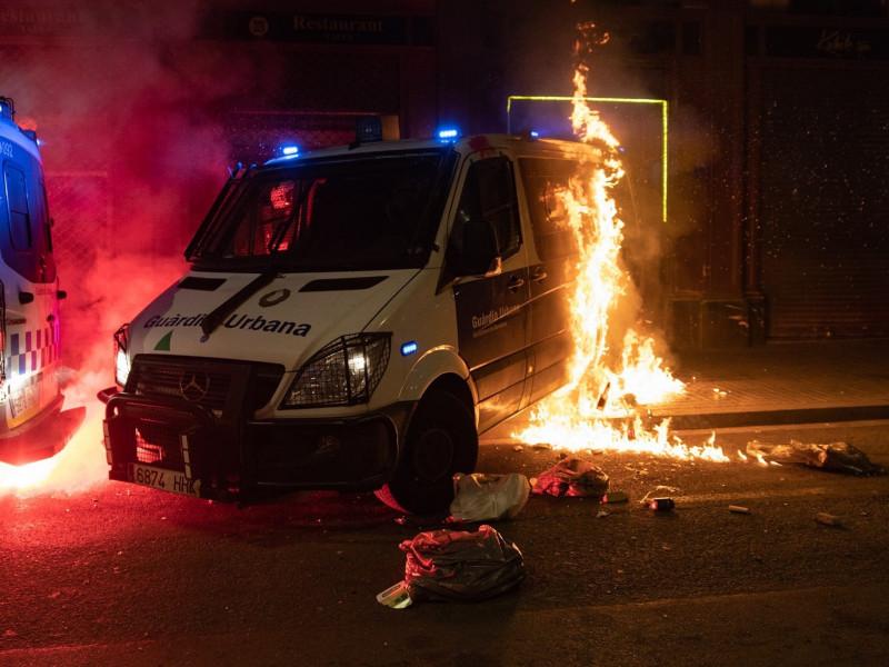 Un grupo de manifestantes ha prendido fuego a una furgoneta de la Guardia Urbana de Barcelona este sábado.
