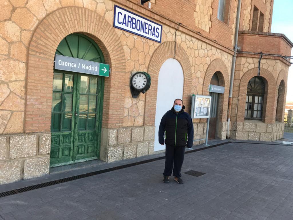 Carlos Arteche, alcalde de Carboneras de Guadazón, en Cuenca, junto a la estación de tren.