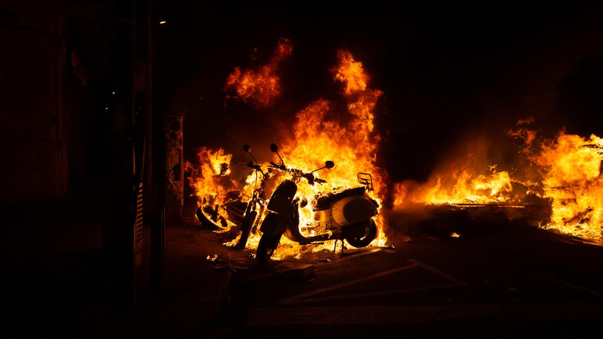 Incendio provocado por los manifestantes que apoyan a Pablo Hasel durante una noche de disturbios en Barcelona.