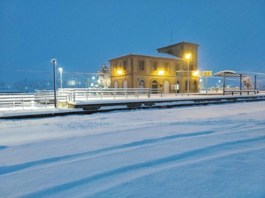 La estación de tren de Carboneras de Guadazaón tras la nevada de 'Filomena'.