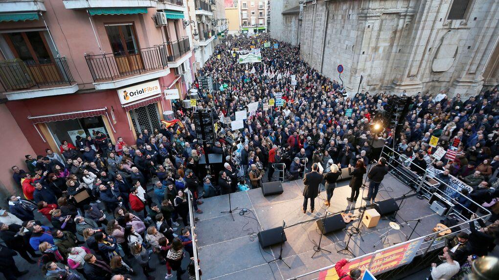 Miles de personas exigen en Orihuela la derogación de la ley valenciana de plurilingüismo