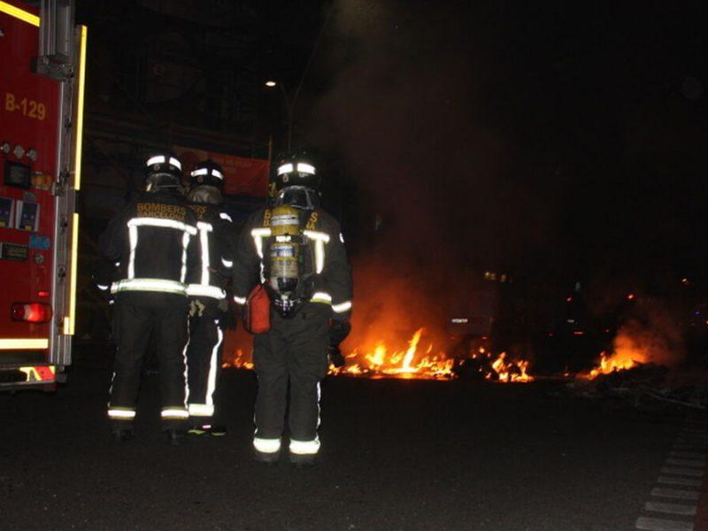 Un incendio en Hospitalet deja un muerto y un policía herido al salvar a una mujer