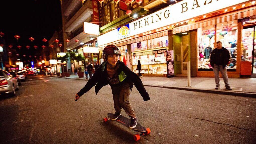 A falta de patines voladores, ya está aquí el skate eléctrico