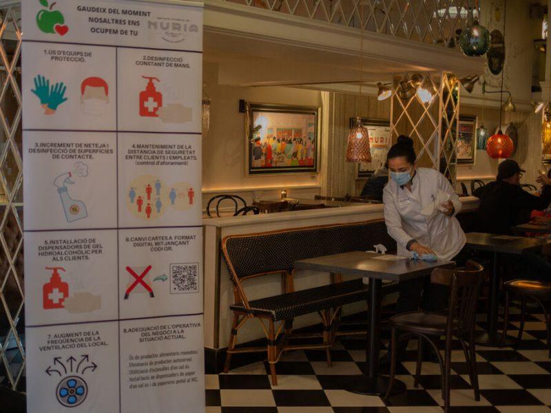 Sanidad y las comunidades aprueban la recomendación de cerrar el interior de los bares en zonas de alto riesgo