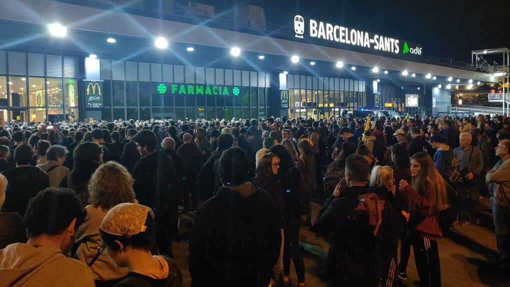 Unos 500 manifestantes de los CDR bloquean los accesos a la estación de Sants de Barcelona