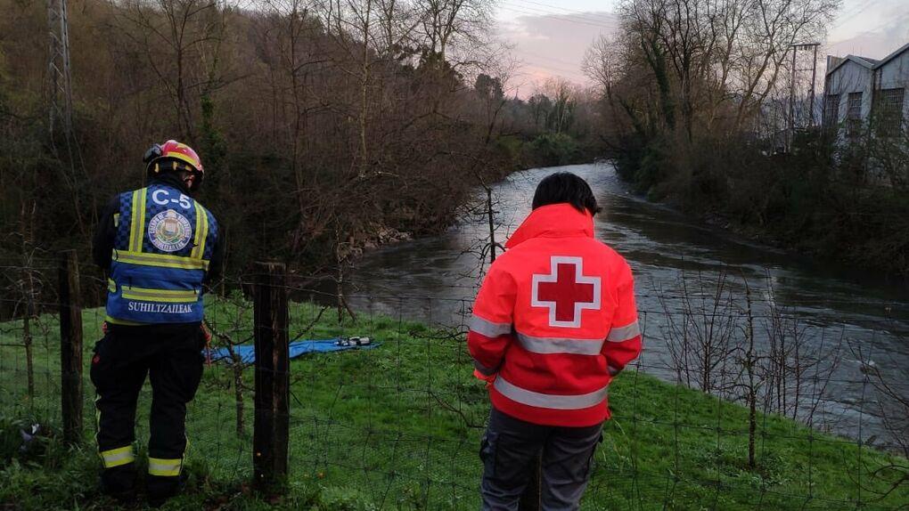 Buscan a tres desaparecidos al caer un coche al río Urumea en Hernani (Guipúzcoa)