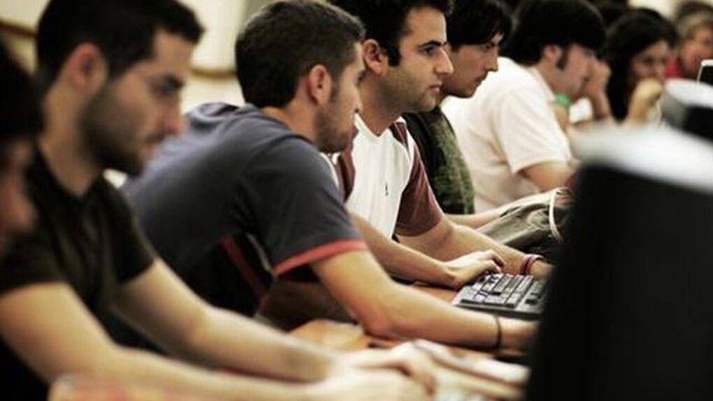 Los universitarios españoles consiguen trabajo a costa de empleos menos cualificados