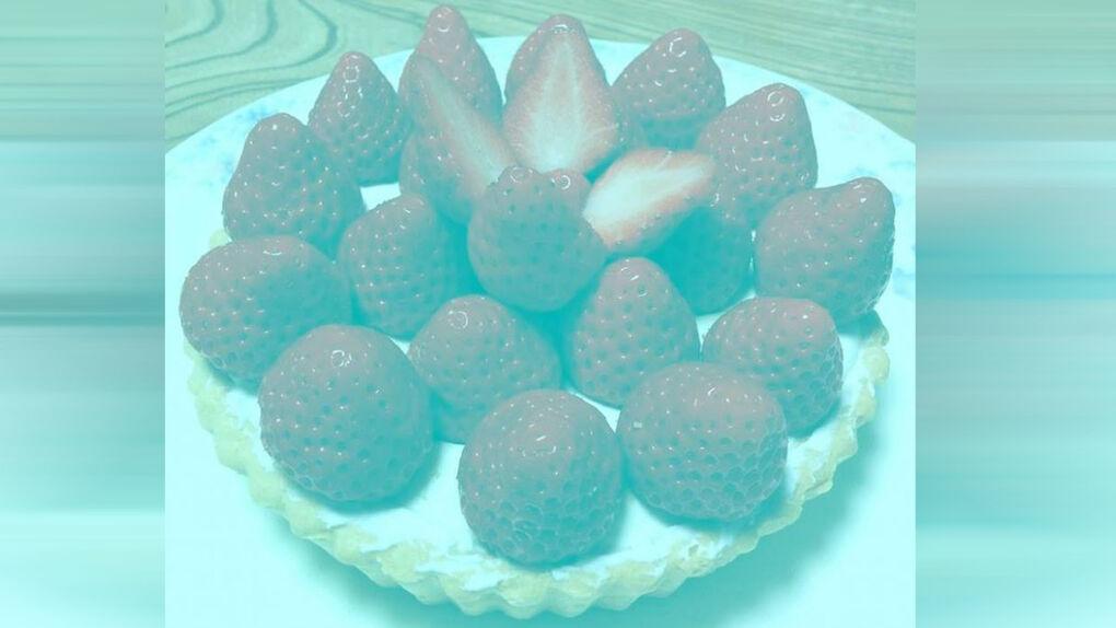 Esta foto no tiene ningún píxel rojo  ¿Por qué vemos las fresas rojas?