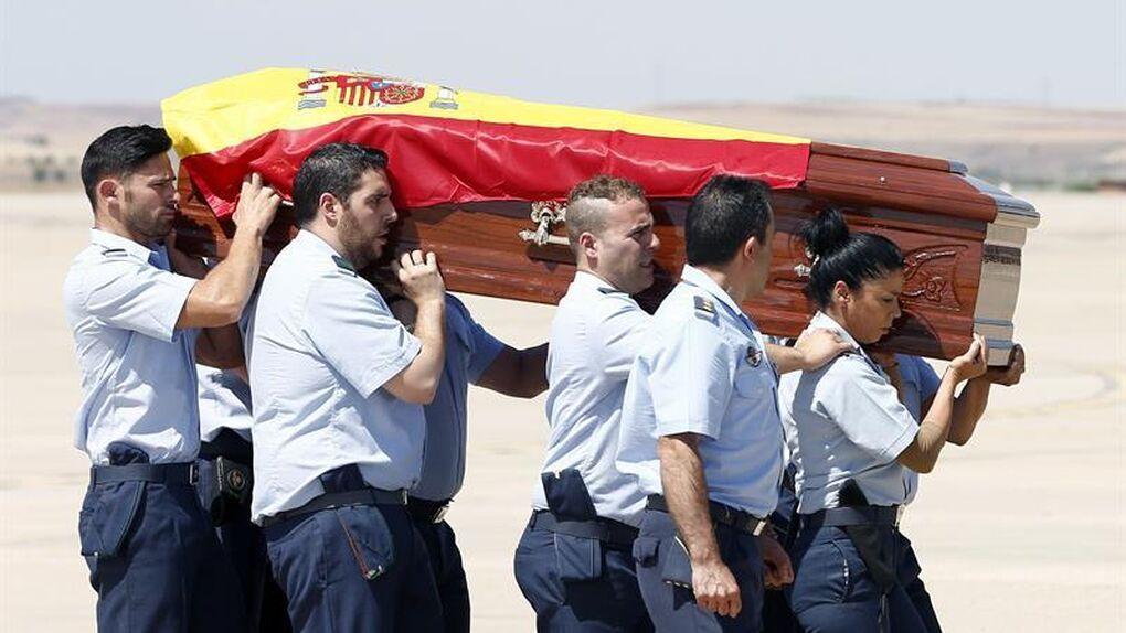 Mariano Rajoy recibe a pie de pista el cuerpo de Ignacio Echeverría y lo condecora por su acción heroica