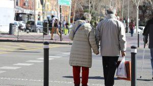 Los jubilados a los 65 años cobran 1.333 euros, un 45% menos que los que se retiran a los 60