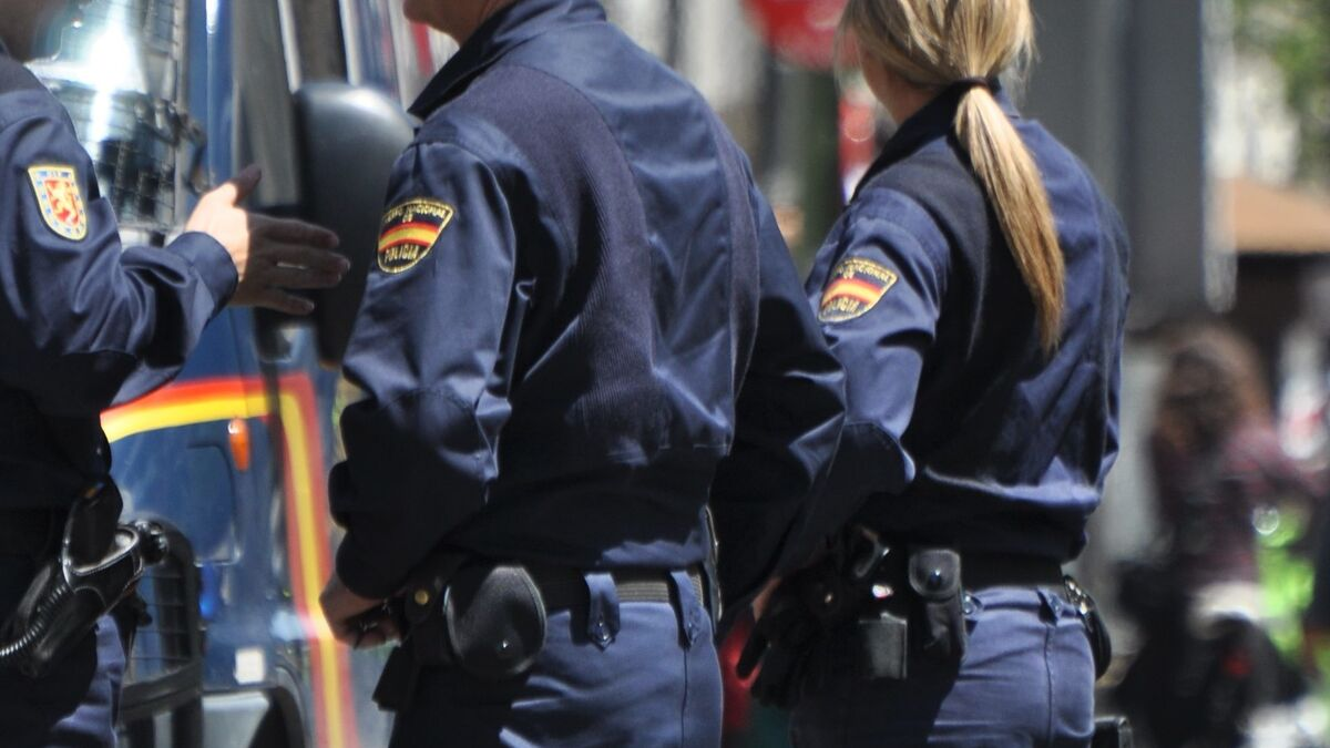 Polémica en la Policía por la orden que obliga a reutilizar uniformes de 'segunda mano'