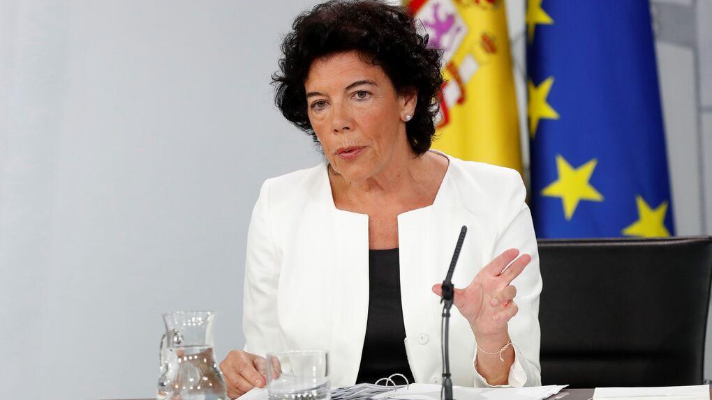 La ministra Isabel Celaá recibe la primera dosis de la vacuna