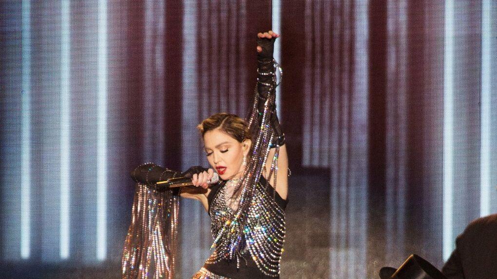 ¡Madonna desatada! Celebra sus 58 años en Cuba bailando sobre una mesa y ¿operada?