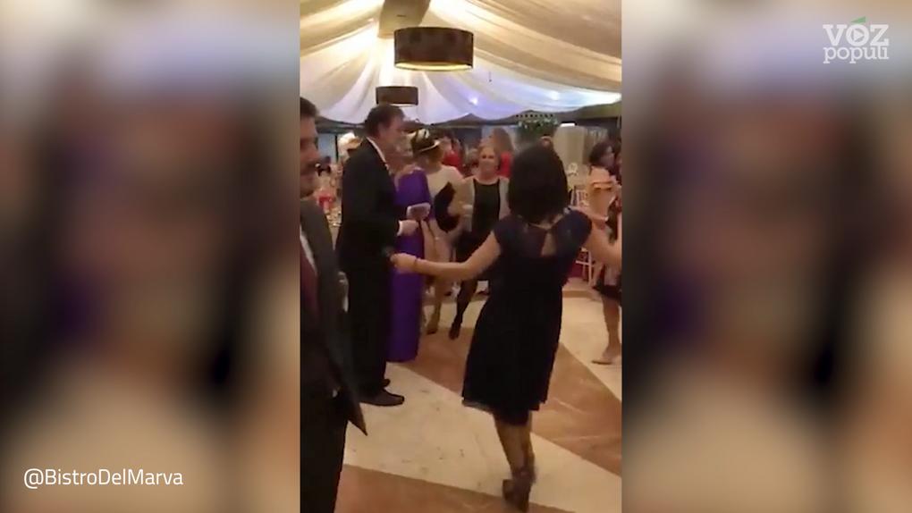 Rajoy triunfa en una boda y lo da todo bailando 'Mi gran noche' de Raphael