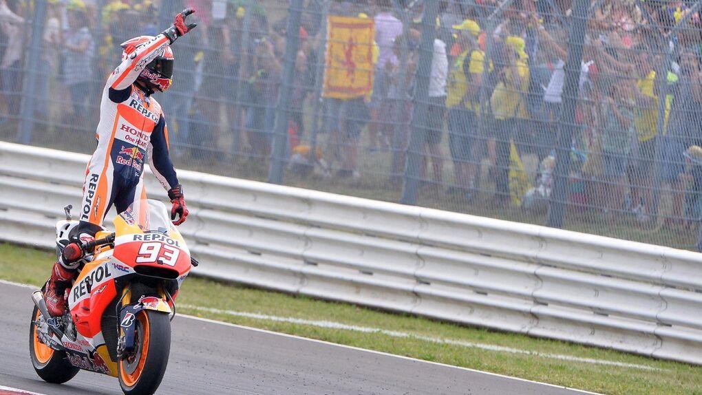 Márquez aprovecha la lluvia para ganar, Lorenzo se cae y Rossi llega quinto