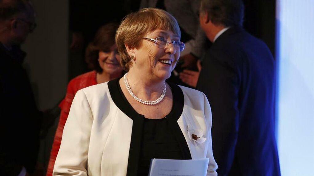 Un grupo de manifestantes increpa a Bachelet en Madrid por la crisis de Chile