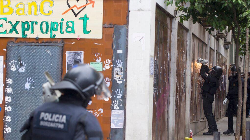 """Los mossos entran en el """"Banco Expropiado"""" y detienen a los 5 okupas"""