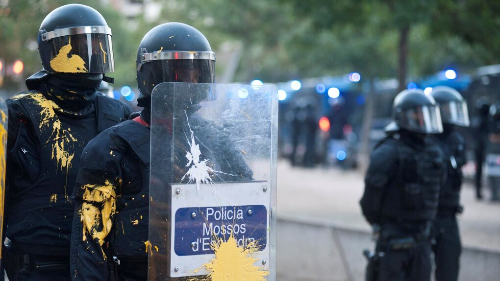 Los Mossos cargan contra los radicales que trataban de impedir una manifestación españolista