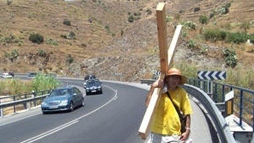 """Un vecino de Nerja peregrina al Peñón para pedir a Dios """"que intermedie en el fin del conflicto"""""""