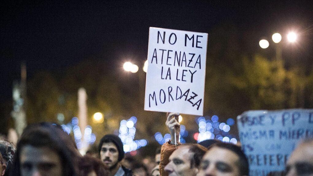 Los antidisturbios cargan contra los manifestantes que rodeaban el Congreso