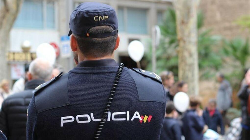 Un policía salva la vida a un niño de cuatro años que se atragantó con un trozo de comida en Lorca (Murcia)
