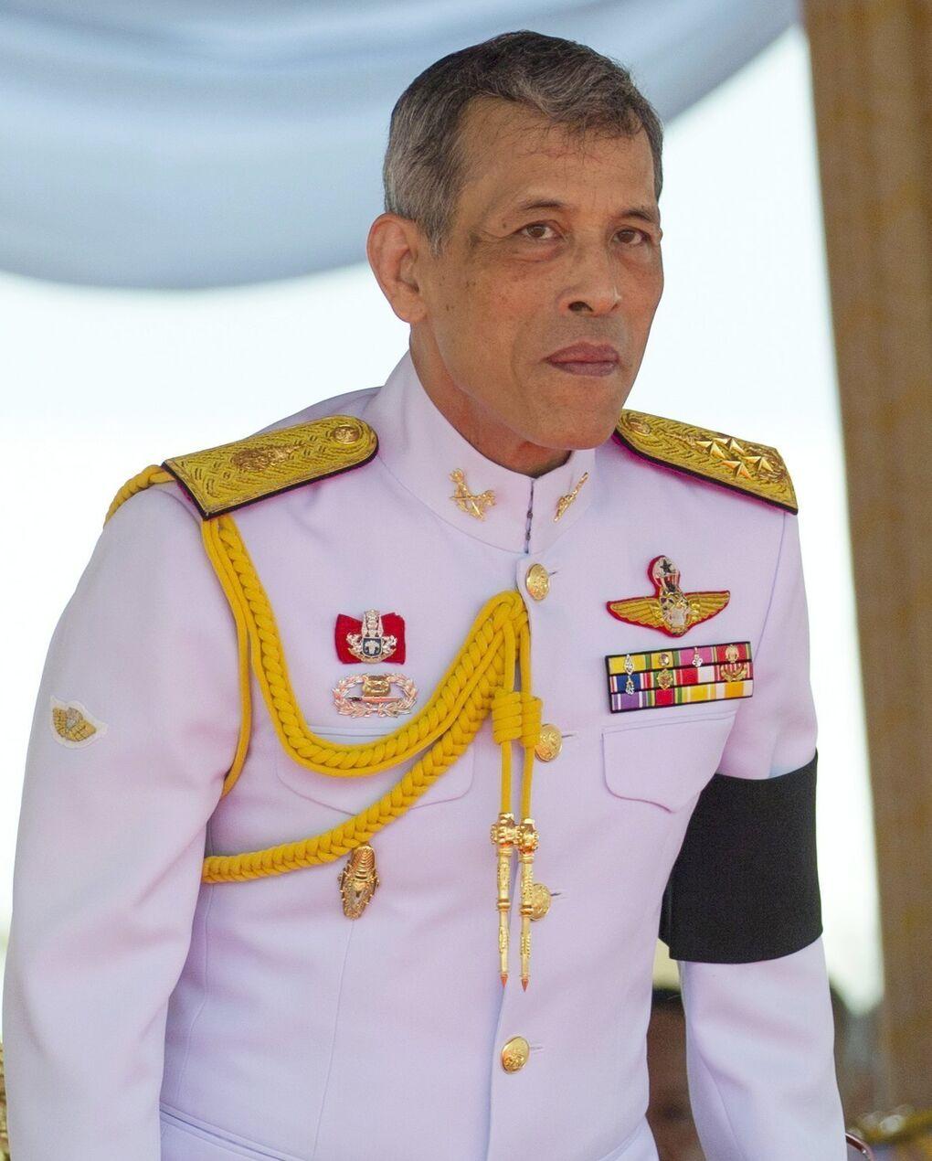 El vídeo del Rey de Tailandia vestido de mujer se hace viral y amenazan a Facebook para que lo retire