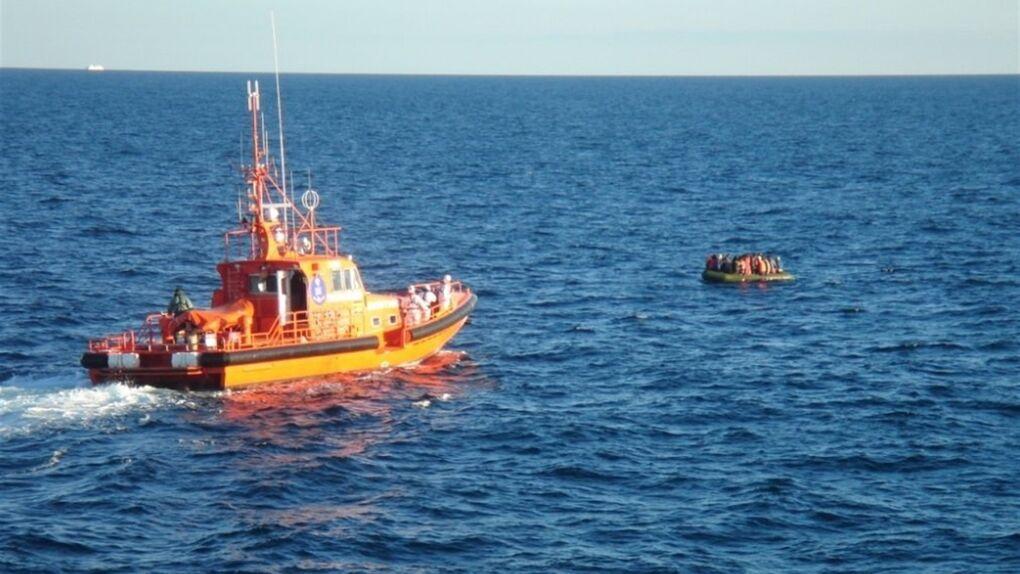 Un desaparecido tras caer un helicóptero particular al mar en Cádiz