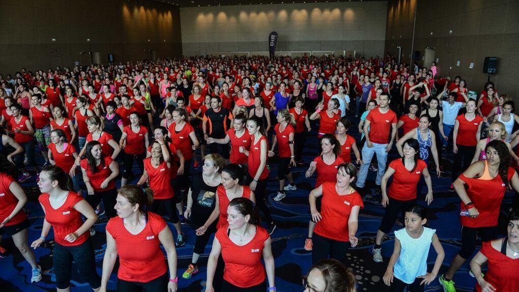 Un millar de personas inundan el hotel de lujo W de Barcelona para bailar zumba