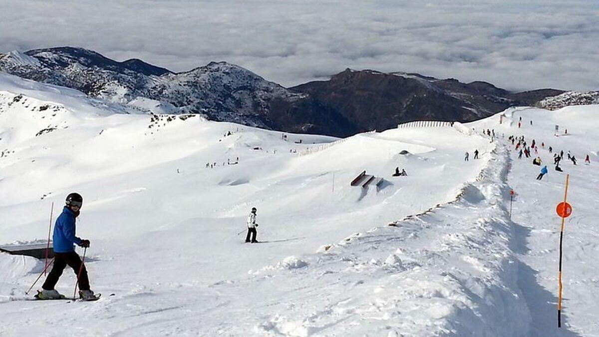 Sierra Nevada abrirá con aforo reducido en pistas y venta online de forfaits