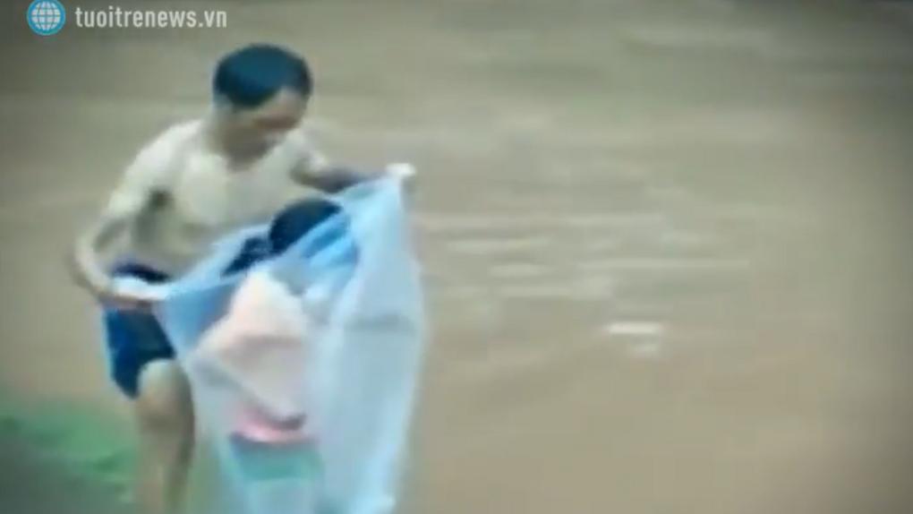 VÍDEO | Maestros de Vietnam trasladan a sus alumnos en bolsas de plástico para llegar a clase