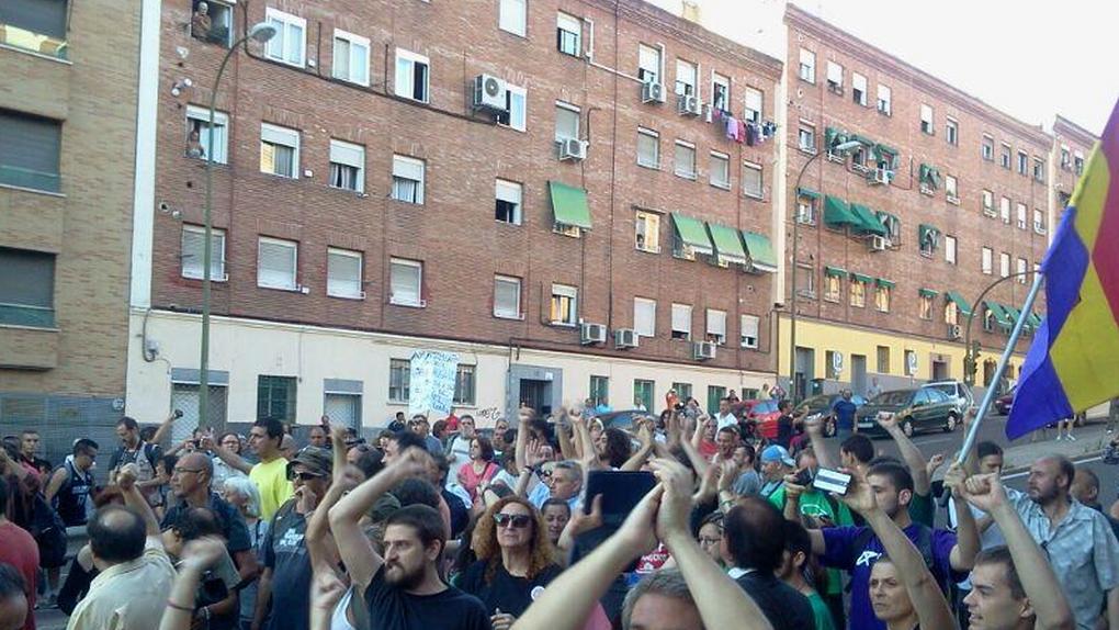 Cientos de personas evitan que el Ayuntamiento de Madrid desahucie a tres familias