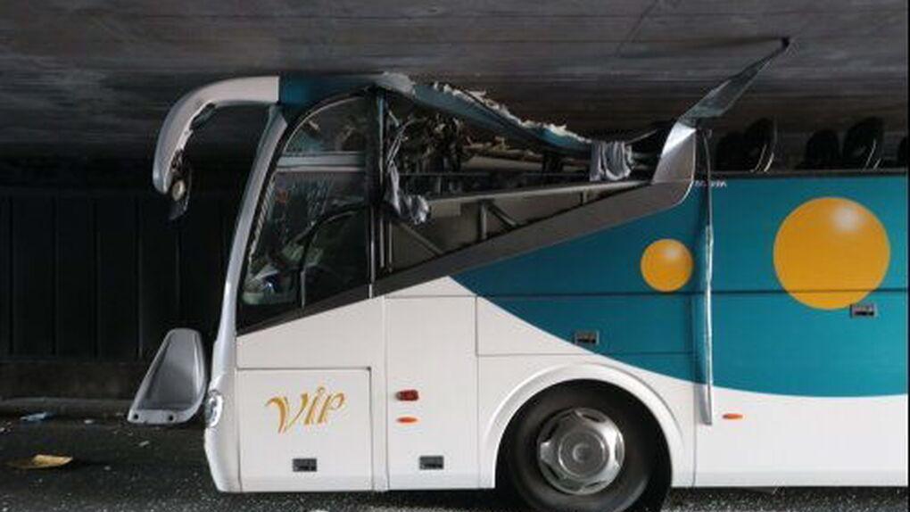 Seis heridos graves tras empotrarse un autobús español contra un túnel