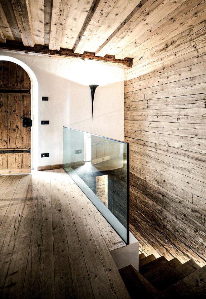 Los ambientes de la casa se definen por una esencia artesanal, donde la pureza se presenta tanto en los colores como en los materiales.