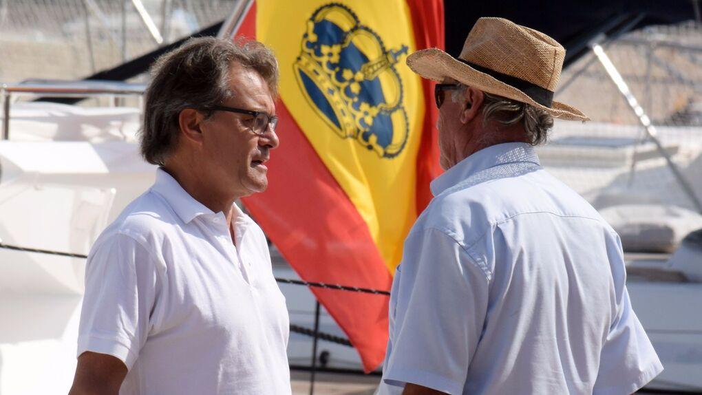 Escapada de lujo: Artus Mas y su mujer en jet privado, a todo trapo y con la bandera de España