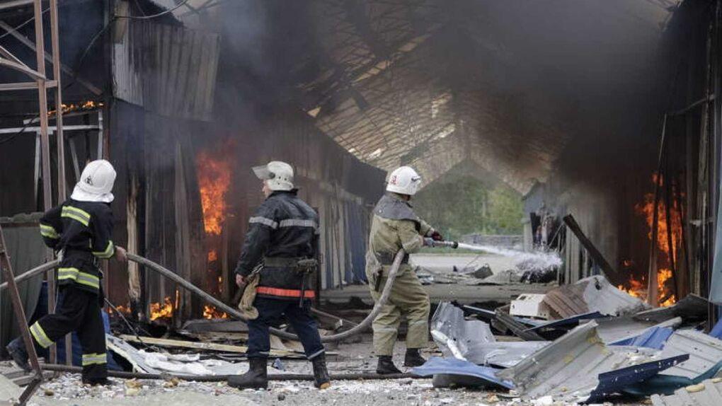 Los bomberos que sofocan incendios en Chernóbil desde hace tres días sufren una alta radiación