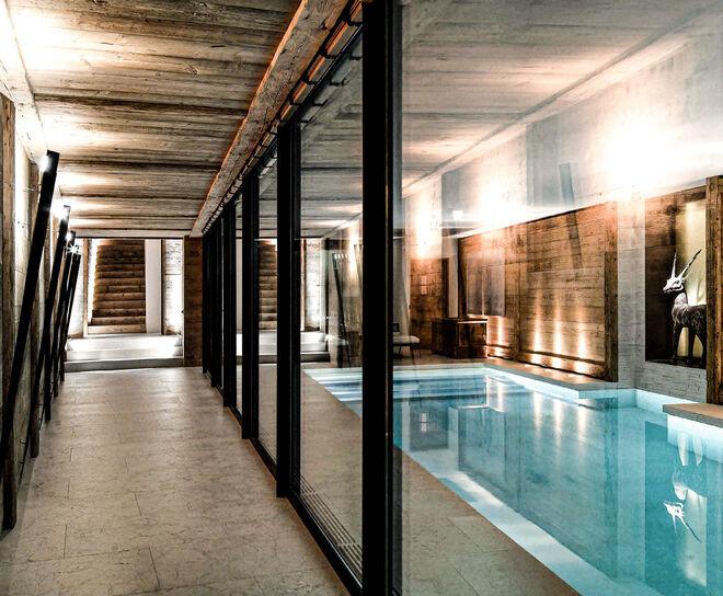 Con 615 metros cuadrados de superficie, la vivienda se construye sobre una acertada combinación de elementos naturales que transmiten calidez y elegancia.
