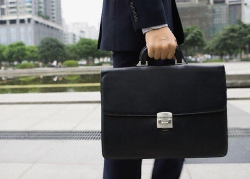 Hombre con un maletín