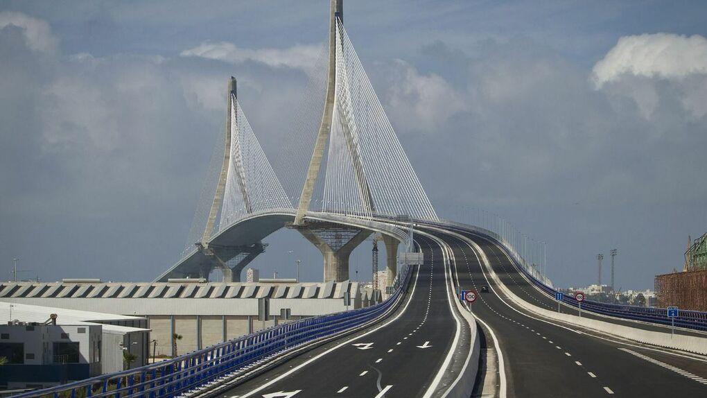 El fiscal ve delito en las obras del puente de Cádiz, que salpican a tres exministros