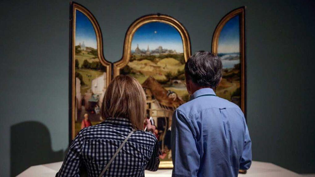 Una imagen de dos espectadores en El Museo del Prado.