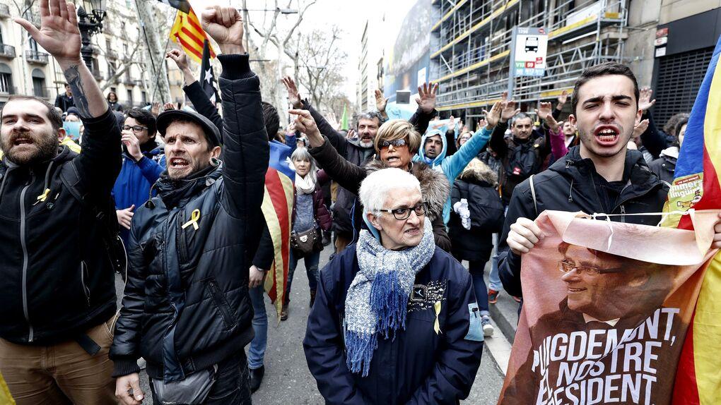 Independentistas mantienen cortes en vías de Girona, Lleida y Tarragona