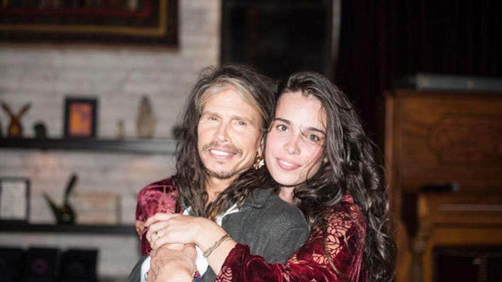 El líder de Aerosmith y su novia… ¡10 años más joven que su hija!