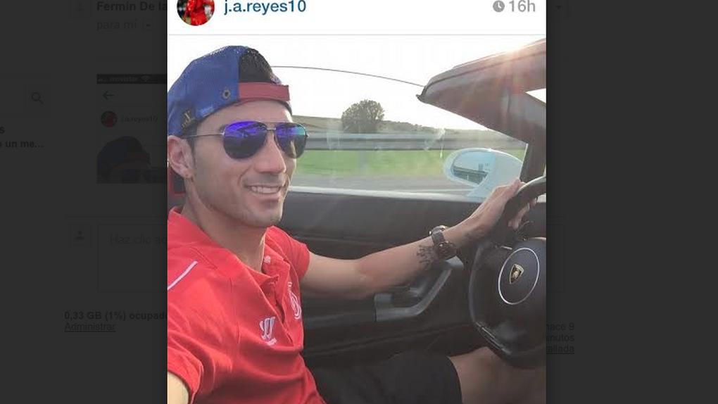 La última idea brillante del sevillista Reyes: colgar un selfie conduciendo y sin cinturón