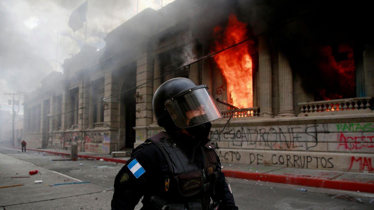 Un grupo de manifestantes asalta el Congreso de Guatemala y le prende fuego
