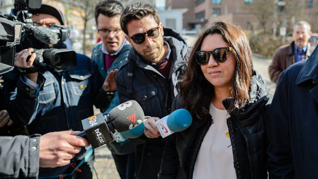 La mujer de Puigdemont continuará con un contrato de 6.000 euros al mes en la televisión catalana gracias al PSC