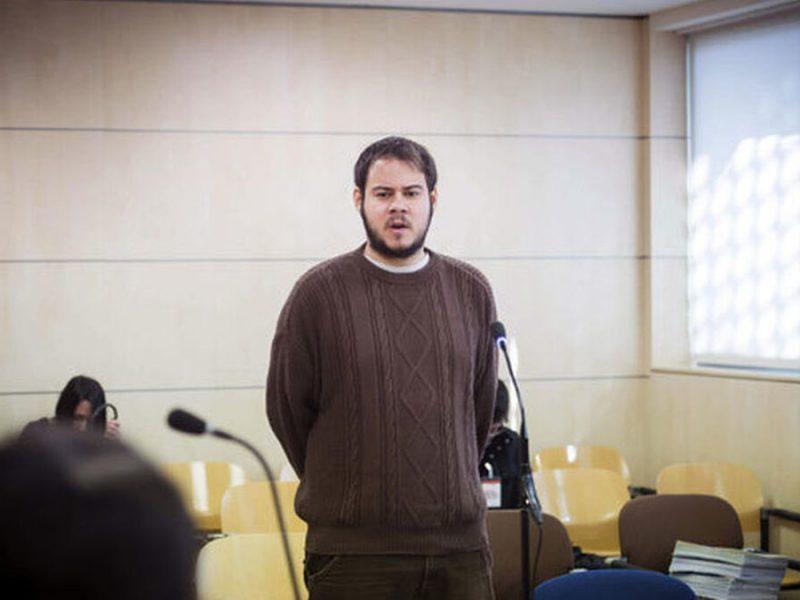 Pablo Hasel, citado a declarar tras la querella de Vox por quemar una bandera española en Mallorca