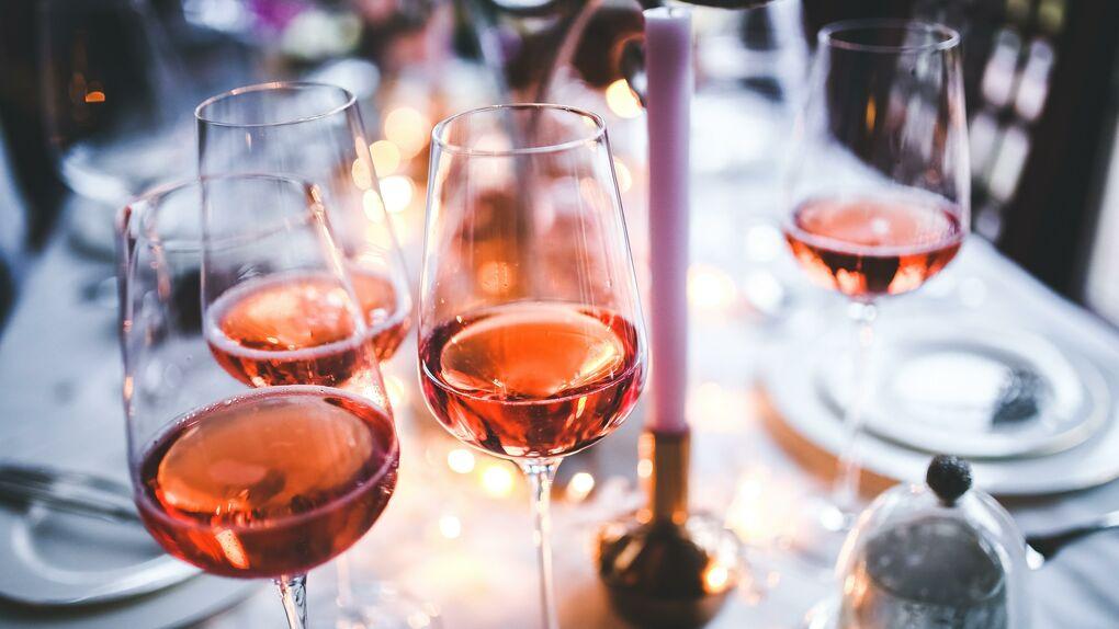 Cómo elegir un buen vino rosado (y con qué comidas se puede tomar)