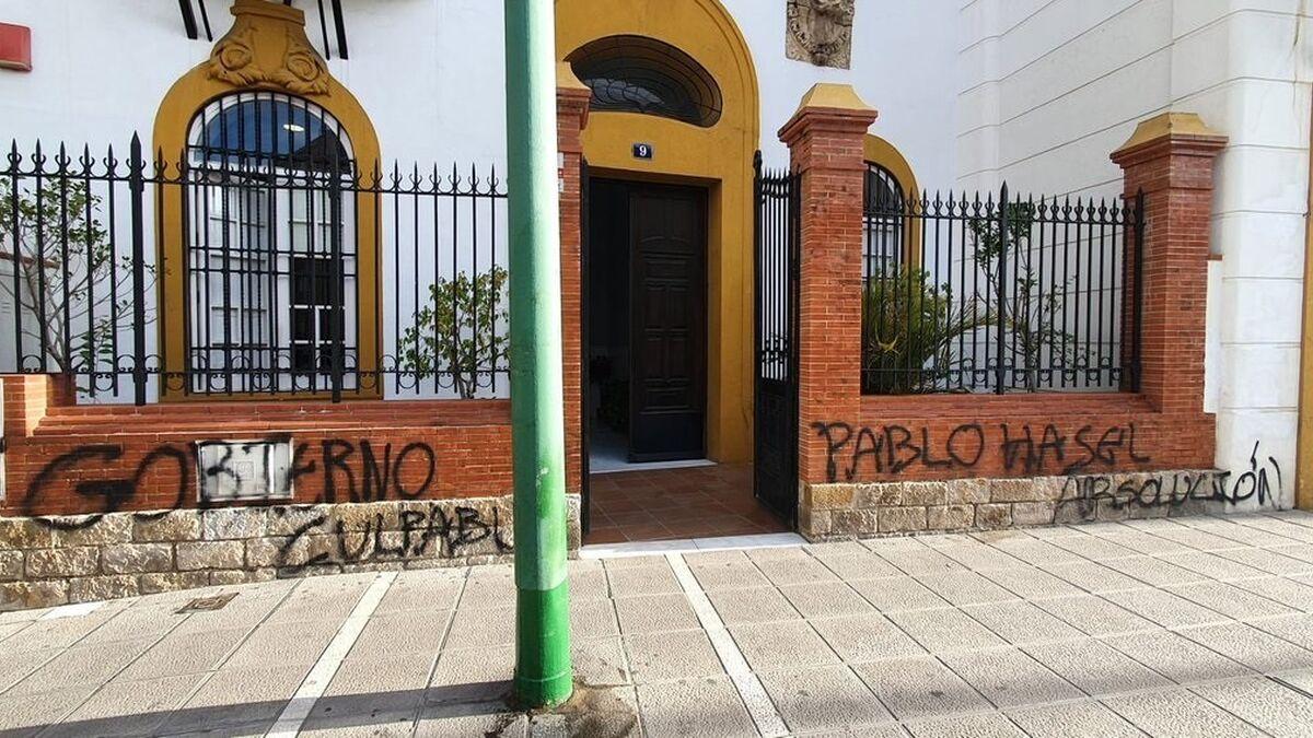 La sede sevillana del PSOE amanece con pintadas contra el Gobierno y en apoyo al rapero Pablo Hasel